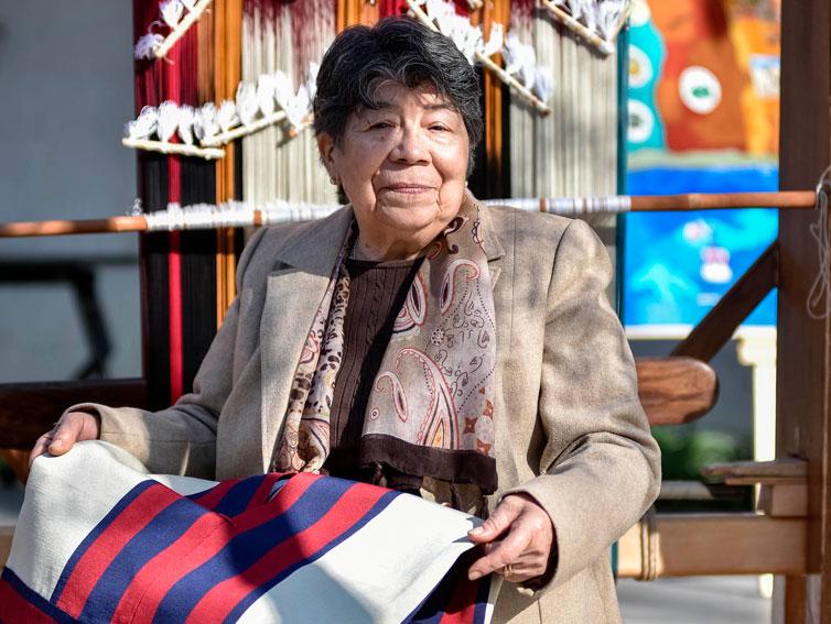 Tejedora de chamantos de Doñihue obtiene premio Mujer Ícono Sello de Origen